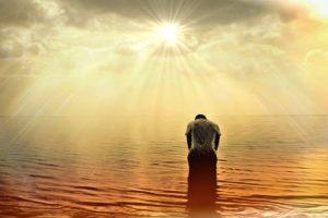 uomo in acqua all'alba